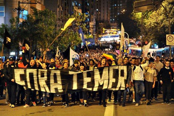 A saída política para a crise que vive o Brasil é, sim, por eleições diretas. Devolver ao povo a decisão soberana sobre o futuro novo governante