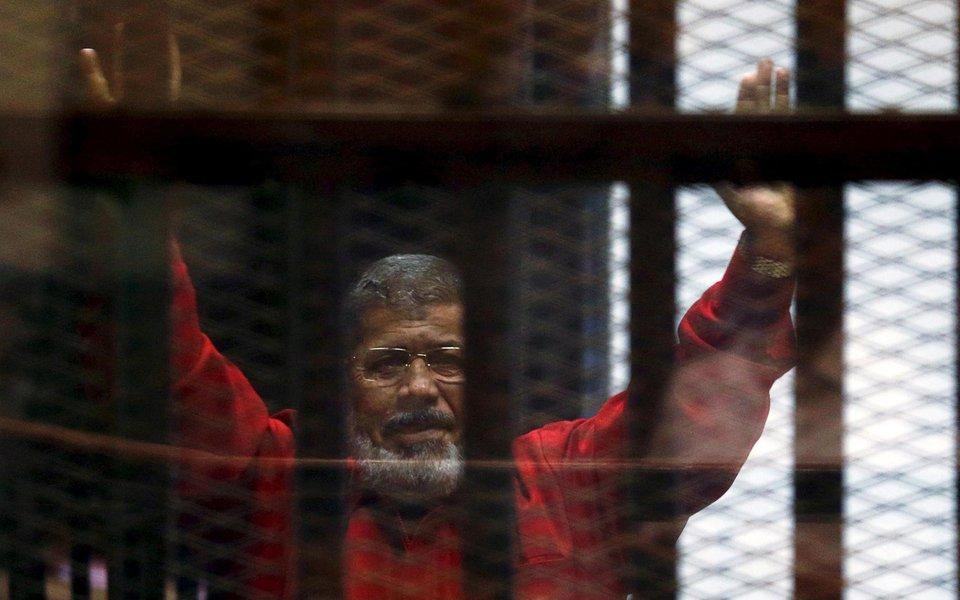 O Tribunal de Cassação do Egito confirmou neste sábado, 16, de forma definitiva, a pena de prisão perpétua para o ex-presidente do país Mohamed Mursi; ele e outros membros do seu partido, a Irmandade Muçulmana, foram acusados de transmitir informações sigilosas militares para o Catar, a fim de enfraquecer o Estado egípcio