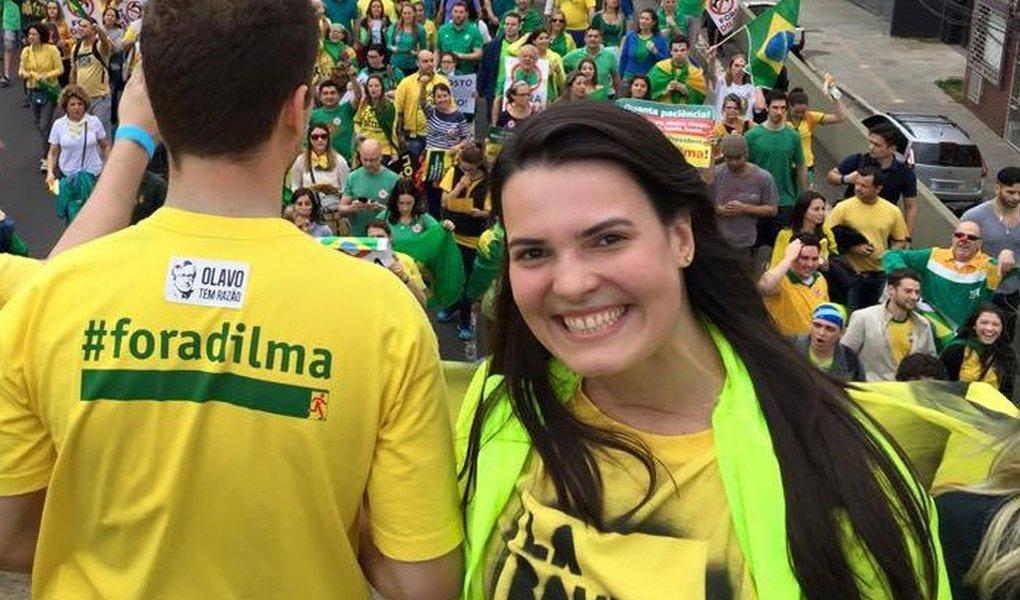 """Apesar de sequer ter visto a exposição QueerMuseu no Santander Cultural, em Porto Alegre, a coordenadora do Movimento Brasil Livre no Rio Grande do Sul, Paula Cassol, ajudou a incitar a mobilização pelo fechamento da exposição; para Paula, """"não há censura na ação do MBL, só se ela viesse do governo""""; no entanto, Paula não menciona que o MBL foi um dos maiores incentivadores da mobilização contra a mostra em Porto Alegre"""