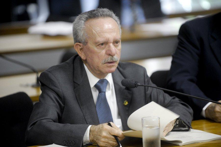 """Pesquisas realizadas nos últimos dias em Alagoas mostram sérias dificuldades para o senador Benedito de Lira (PP-AL) conseguir ser reeleito; além de estar sendo superado pelo senador Renan Calheiros (PMDB-AL) e pelo ex-governador Teotonio Vilela (PSDB), tem sido surpreendido pela pontuação do quarto colocado , o ex-deputado federal João Caldas (PSB); """"já não bastavam as dificuldades, agora me arrumaram mais esse João Caldas"""", desabafou de Lira no plenário do Senado"""