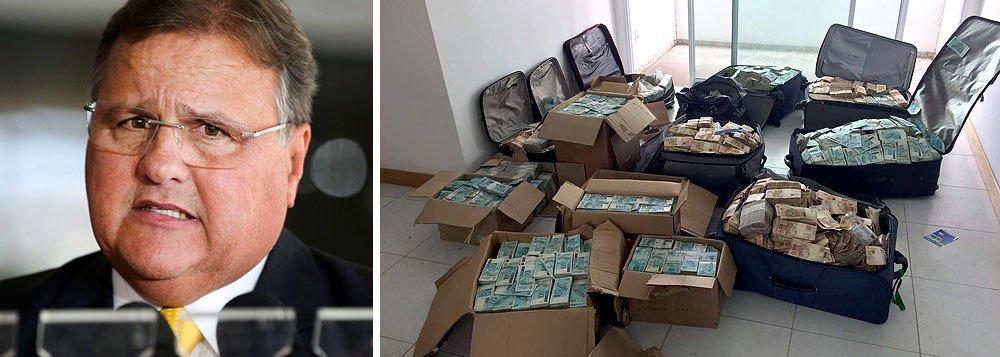 APolícia Federal já contabilizou mais de R$ 40 milhões nas malas apreendidas em um apartamento utilizado pelo ex-ministro de Michel Temer, Geddel Vieira Lima (PMDB-BA), em Salvador; Polícia Federal utiliza sete máquinas para contar o dinheiro e até as 21h30, a contagem das cédulas não havia terminado; segundo a PF, esta é a maior apreensão de dinheiro em espécie da história do Brasil;Batizada de Tesouro Perdido, a operação foi deflagrada na manhã desta terça (05) e é desdobramento de outra investigação, sobre fraudes em liberações de empréstimos na Caixa Econômica Federal, a Cui Bono. Detido em 3 de julho de 2017, Geddel cumpre prisão domiciliar na capital baiana