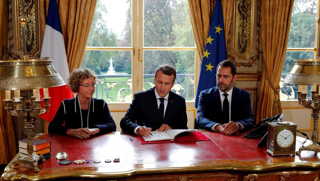 O presidente da França, Emmanuel Macron, assinou nesta sexta-feira (22) uma das principais promessas do seu programa de governo: a reforma para flexibilizar o mercado de trabalho, que deve entrar em vigor imediatamente ao ter sido aprovada por decreto-lei; Macron formalizou esta assinatura ao término de um Conselho de Ministros, cujo carro-chefe foram exatamente os cinco decretos desta reforma inédita, e contra a qual houve novos protestos de uma parte dos sindicatos ontem (21), após as fortes manifestações do dia 12 de setembro