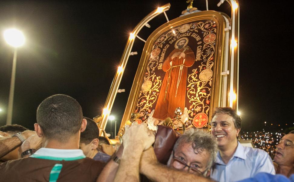 """As obras de requalificação do corredor religioso de Canindé foram anunciadas pelo governador Camilo Santana (PT), na noite desta terça (3), durante as comemorações em homenagem a São Francisco das Chagas. O projeto, que está em processo de licitação, conta com investimento de mais de R$ 4,5 milhões do Governo do Estado. """"Essa é uma obra importante para receber ainda melhor os turistas de todo o Nordeste que vêm a Canindé todos os anos acompanhar os festejos"""", disse Camilo"""