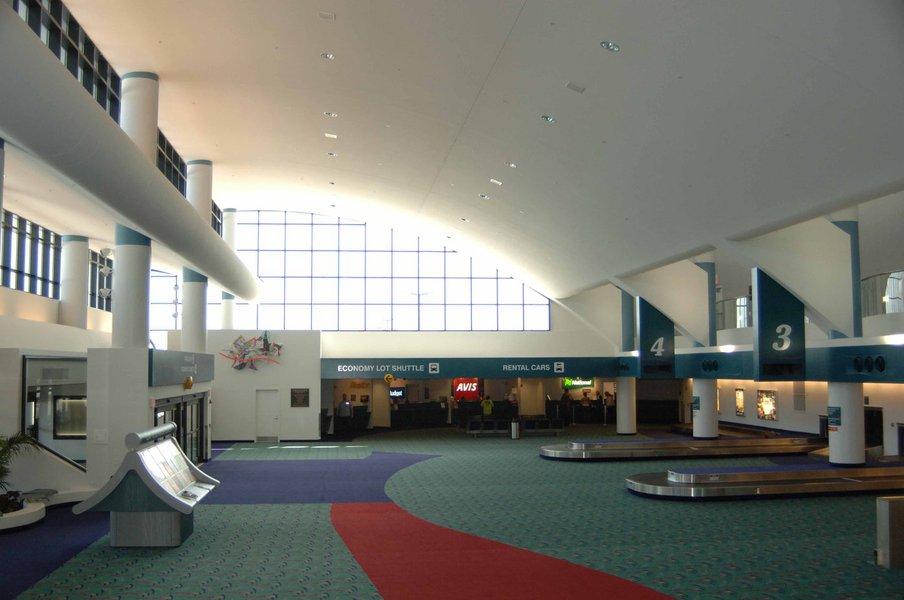Incidente fechou o aeroporto de Flint, o terceiro maior do estado norte-americano de Michigan; levado para o hospital, o policial se encontra em estado grave; nenhum passageiro foi ferido no incidente, segundo as autoridades norte-americanas