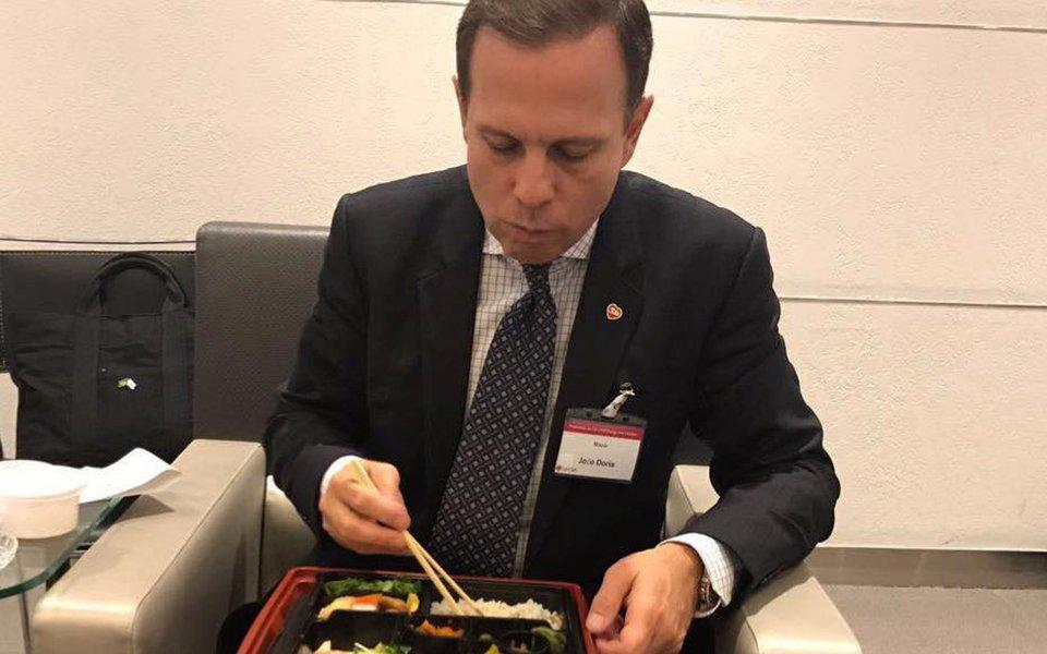 """O prefeito João Doria, que passa mais de 30% de seu tempo fora de São Paulo, cabulando serviço e fazendo pré-campanha presidencial, confirmou mais 96 viagens inúteis nos próximos meses, em que receberá títulos de cidades em que nunca pisou;""""Você pode perguntar para qualquer CEO se ele deixa de viajar por ter que administrar uma companhia. Ele vai dizer que não. Pelo celular, a gente consegue monitorar todas as ações"""", disse ele, que está em Paris"""