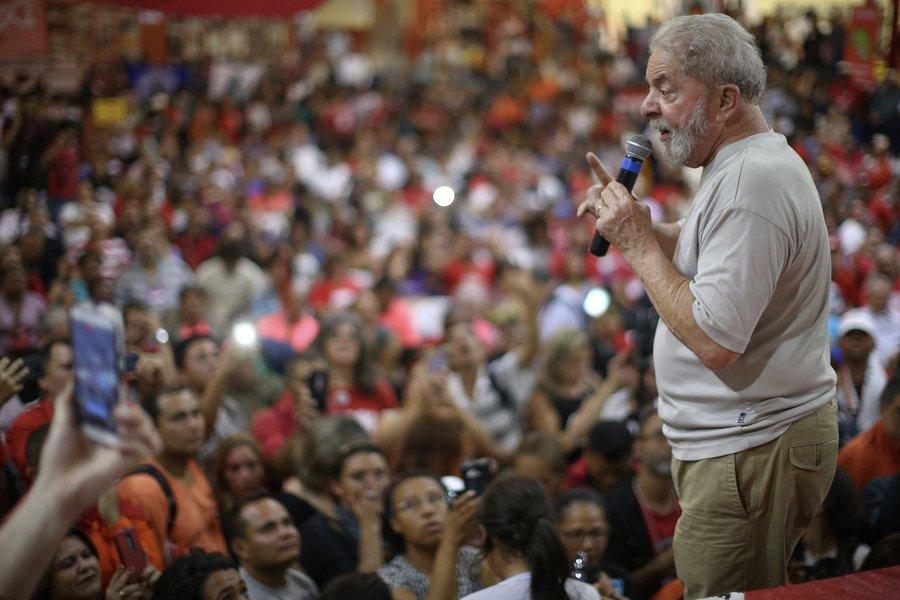 """""""Lula não é uma pessoa, não é apenas um líder. Lula representa um projeto para o Brasil. Um projeto que ja começou a ser construído nos primeiros 12 anos de governos do PT, no primeiro capitulo de construção de um pais menos injusto, mais humano e solidário. Lula representa, aos olhos do povo, a dignidade, os direitos, a auto estima, o orgulho de ser brasileiro, a possibilidade de se voltar a ser feliz. É isso que está espelhado nos olhos que dos que vêem no Lula um passado melhor, um presente de luta e um futuro de esperança. E isso não se destrói com propaganda enganosa, com denuncias inverídicas, com artigos anunciando o fim de um líder que se tornou perene pela sua historia e pela obra politica que começou a construir"""", escreve Emir Sader"""