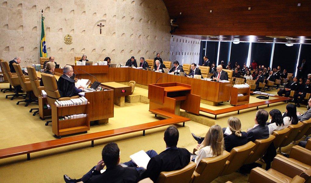 Supremo Tribunal Federal (STF) formou hoje (31) placar de 3 votos a 2 a favor do reconhecimento de que o ensino religioso nas escolas públicas deve ser de natureza não confessional, com a proibição de admissão de professores que atuem como representantes de confissões religiosas; após os votos, a sessão foi suspensa e será retomada no dia 20 de setembro; até o momento, os ministros Luiz Fux e Rosa Weber acompanharam o relator, ministro Luís Roberto Barroso, para dar interpretação conforme a Constituição e declarar que o ensino religioso nas escolas públicas de todo o país deve ser de forma não confessional