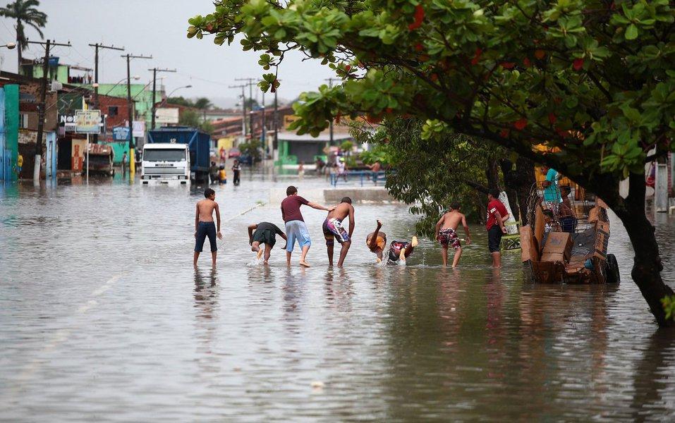 Famílias que perderam os imóveis na inundação, em Maceió, estão sendo atendidas pelo município e já receberam parte do auxílio- moradia; mais de 700 famílias foram atingidas pela chuva dos últimos dias na capital; elas foram transferidas para abrigos provisórios em escolas e igrejas