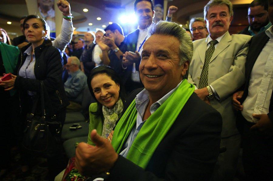 Lenin Moreno, após sofrer um assalto, foi ferido à bala pelas costas, o que lhe custou o movimento das pernas para sempre. Fez da sua dor motivação para viver e dar ânimo a tantos outros que sofrem as mesmas dores. A vitória de Lenín Moreno é o sol que ainda brilha na linha do Equador. Quando tomar posse, o novo presidente equatoriano terá um desafio talvez maior que o de conviver com a paraplegia - mostrar que o socialismo encarnado hoje, no Equador, por Rafael Correa, ainda é a melhor alternativa para a redução da desigualdade social e uma melhor qualidade de vida do povo latino americano