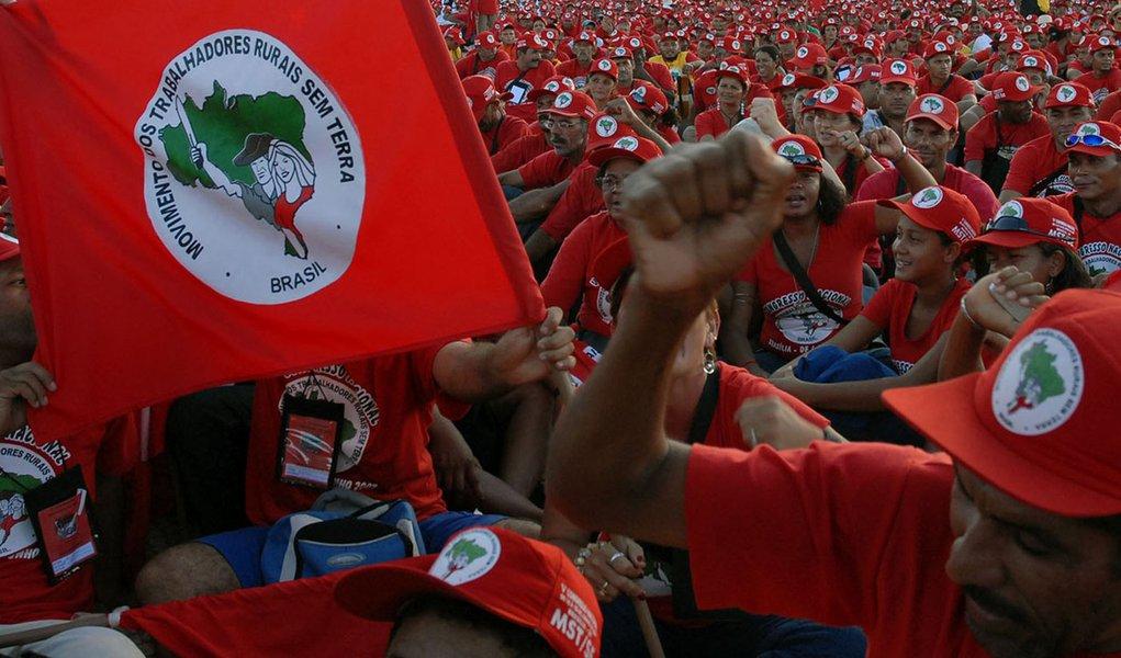 """MST de Minas Gerais denunciou um assassinato de um militante do movimento, no Assentamento Liberdade, município de Periquito; Silvino Nunes Gouveia, de 51 anos, foi brutalmente morto com dez tiros; de acordo com o MST, no Vale do Rio Doce os conflitos pela terra têm se intensificado por falta de medidas que agilizem o assentamento das famílias acampadas; """"Nessa região são mais de 1.200 famílias em cinco acampamentos"""", diz a nota; depois de relatar uma série de conflitos, o movimento fez um alerta: """"o clima em Minas Gerais é de muita tensão"""""""