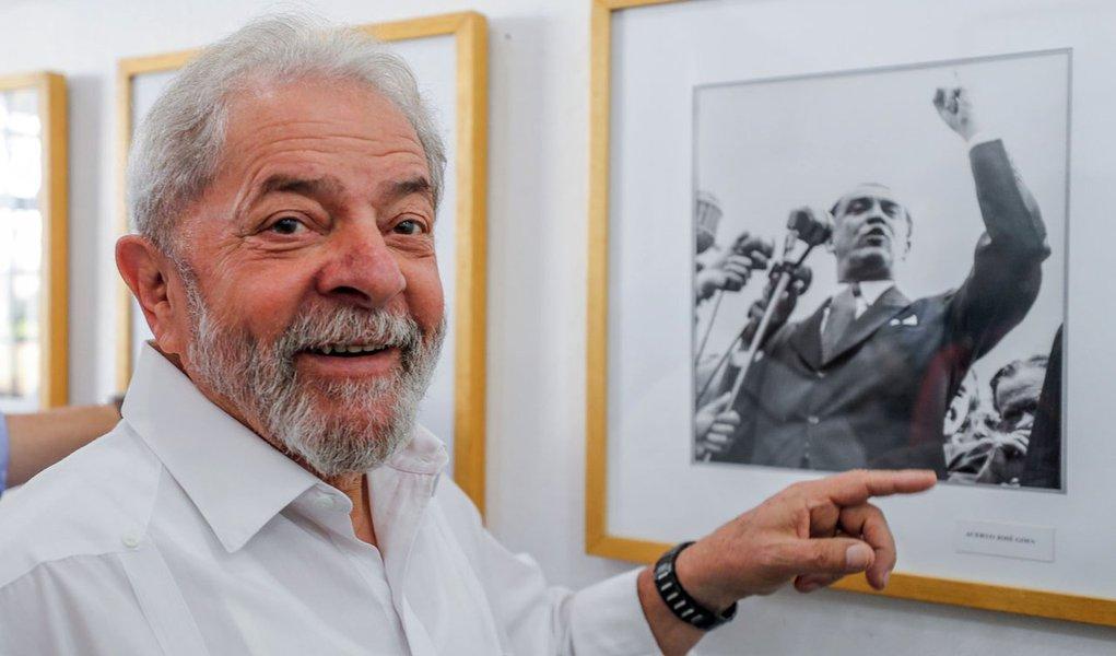 Além da pesquisa Ibope, que mostrou a liderança absoluta do ex-presidente Lula em todos os cenários, o instituto Ipsos também registrou uma boa fotografia para ele: Lula é hoje o presidenciável com a maior taxa de aprovação; enquanto ele tem 41% de avaliação positiva, seus adversários seguem distantes; Marina Silva tem 36%, Jair Bolsonaro ostenta 24%, enquanto os tucanos Geraldo Alckmin e João Doria têm 22% e 21% respectivamente; Ciro Gomes, do PDT, também aparece com 21%; ou seja: o massacre midiático promovido pela Globo e a perseguição judicial não alcançaram os objetivos pretendidos; neste domingo, Lula visitou o museu dedicado a Juscelino Kubitschek, que também foi alvo de perseguição semelhante em sua época