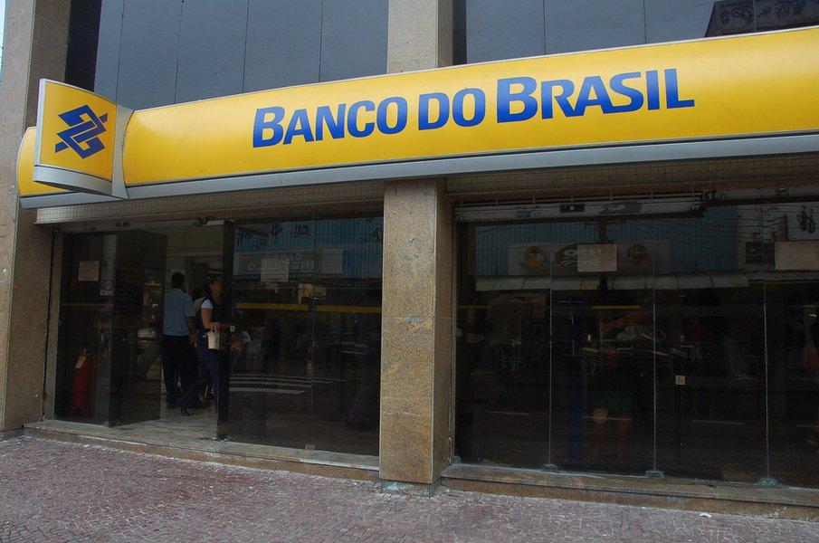 O Ministério Público do Estado do Ceará, através do Programa Estadual de Proteção e Defesa do Consumidor (DECON), notificou o Banco do Brasil pelas medidas decorrentes do plano de reestruturação da instituição bancária, que prevê o fechamento de 402 agências, 31 superintendências e a transformação de 379 agências em postos de atendimento em todo país.Dentre elas, sete das agências serem fechadas situam-se em Fortaleza e entre as que serão transformadas, uma se localiza em Novo Oriente e duas na capital do Ceará.O Decom considerou a medida como prática abusiva e aplicou multa no valor R$ 78.884,80. O Banco do Brasil recorreu à Junta Recursal do Programa Estadual de Proteção e Defesa do Consumidor (Jurdecon) e o recurso está em análise