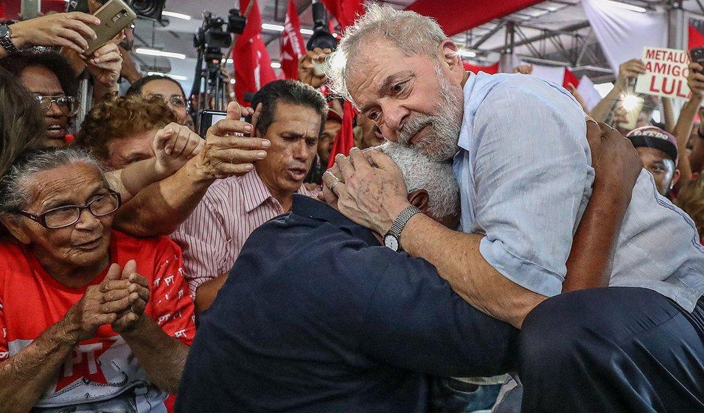 """""""À medida que cresce a força de Lula no seio do eleitorado brasileiro cresce, também, a perseguição movida contra ele pela Operação Lava-Jato e pela mídia golpista"""", diz o jornalista Ribamar Fonseca, colunista do 247, sobre a caçada judicial ao ex-presidente Lula; Ribamar diz que opovo, que apontou Lula como o melhor presidente deste país nos últimos tempos, já reconheceu que ele é vítima de perseguição e, portanto, nada mais do que fizerem ou disserem contra ele terá crédito; """"Os adversários do ex-presidente operário já apostam na sua prisão, indispensável para torná-lo inelegível em 2018. Vale a pena, porém, lembrar a advertência do maior líder popular deste país: 'Experimentem impedir a minha candidatura! Vamos ver o que acontece'"""""""