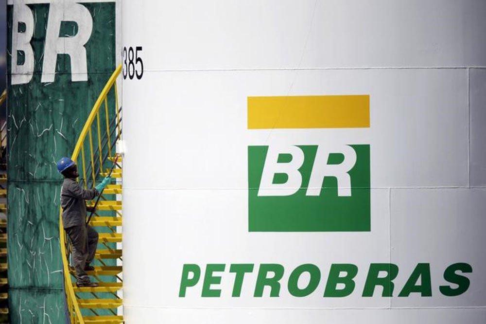 Um trabalhador pinta um tanque da Petrobras em Brasília. 30/09/2015. REUTERS/Ueslei Marcelino