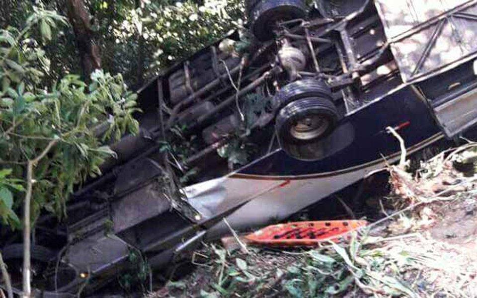 Um ônibus de turismo despencou de uma serra após tombar na rodovia Oswaldo Cruz (SP-125); três pessoas morreram e 31 ficaram feridas na manhã desta sexta-feira (15), segundo o Comando de Polícia Rodoviária do Estado; acidente ocorreu no km 82 da estrada em Ubatuba por volta das 8h20; os sobreviventes do acidente sofreram ferimentos leves e outros cinco saíram do local em estado grave de saúde