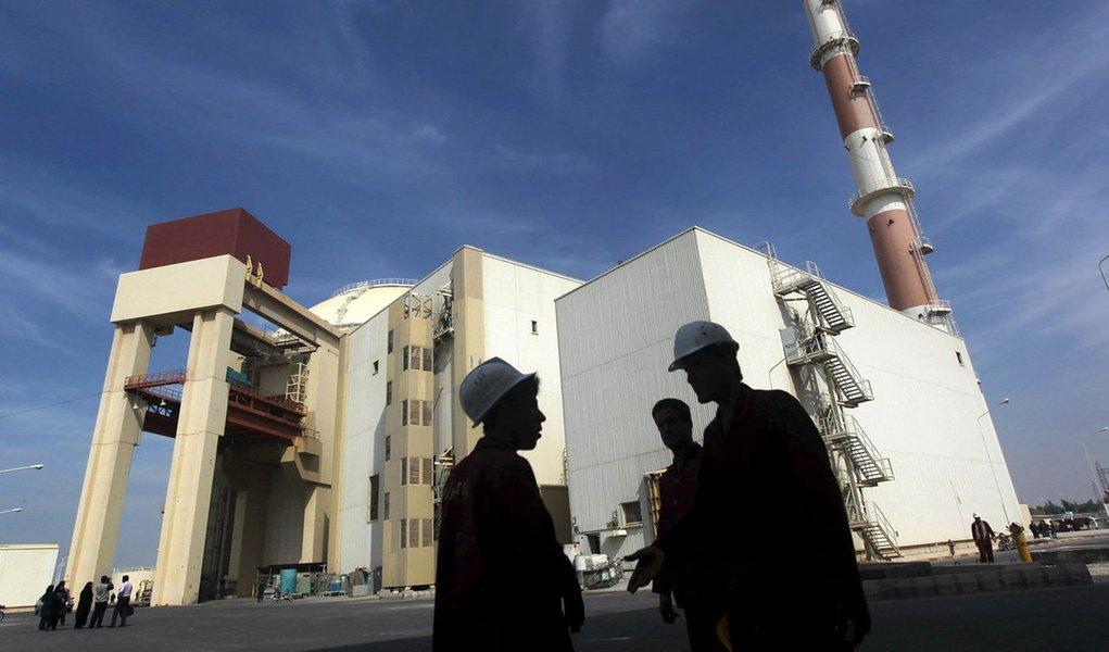 """Guarda Revolucionária Islâmica do Irã (IRGC) disse que seu programa de mísseis balísticos será acelerado, apesar da pressão dos Estados Unidos e da União Europeia para suspendê-lo; presidente dos EUA, Donald Trump, rejeitou o cumprimento do Irã ao acordo nuclear de 2015 e revelou uma abordagem mais agressiva em relação à República Islâmica; """"O programa de mísseis balísticos do Irã será expandido e continuará com mais velocidade em reação à abordagem hostil de Trump em relação a essa organização revolucionária (A Guarda)"""", disse a IRGC"""