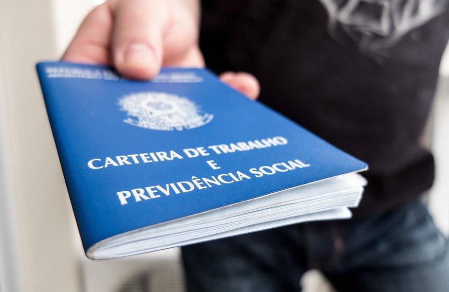 O Paraná gerou 25.182 novos empregos com carteira assinada nos primeiro cinco meses de 2017, já descontadas as demissões; no mesmo período do ano passado, o estado registrava um saldo negativo de 9.382 vagas; os dados são do Caged e foram divulgados pelo Ministério do Trabalho; em maio, pelo quinto mês consecutivo, o saldo (diferença entre contratações e demissões) foi positivo, em 2.379 vagas; em maio do ano passado, o saldo no mês estava negativo em 3.388 postos de trabalho