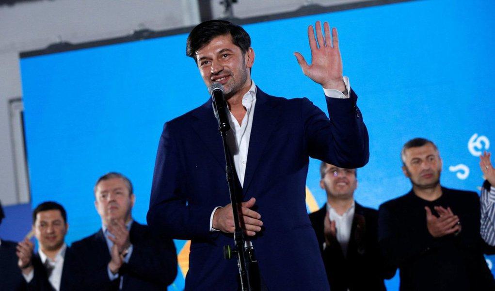 Oex-zagueiro do clube italiano Milan, Kakha Kaladze,foi eleito prefeito de Tbilisi, capital da Geórgia; candidato do partido, Sonho Georgiano, ele se tornou prefeito de Tbilisi ao receber 51,13% dos votos - Kaladze entrou para a política em 2011