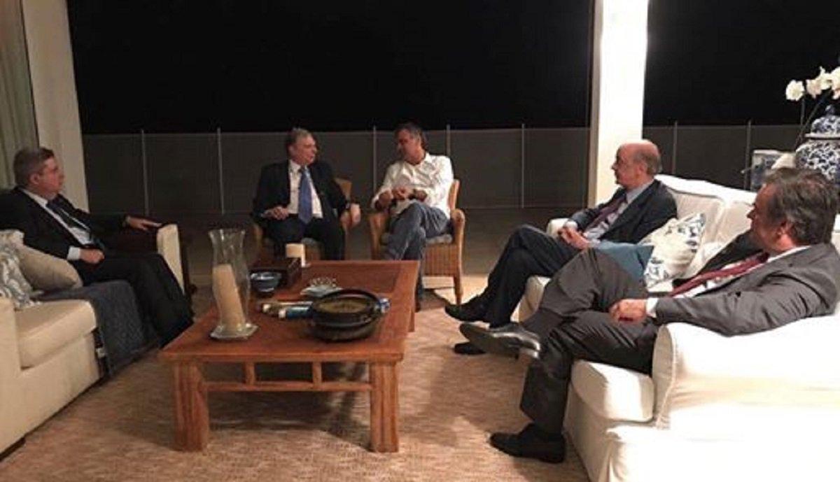 O senador Tasso Jereisati (PSDB-CE) participou de uma reunião com o senador mineiro Aécio Neves(PSDB-MG), afastado das funções politicas por determinação do STF. Segundo Aécio Neves, em potagem publicada nas redes sociais, o objetivo da reunião foi discutir votações no Congresso e agenda política. Tasso Jereissati é presidente da Comissão de Assuntos Econômicos do Senado, que está discutindo, entre outras pautas, as reformas trabalhista e previdenciária. Também estiveram na reunião os senadores tucanos Antonio Anastasia (MG), Cássio Cunha Lima (PB) e José Serra (SP)