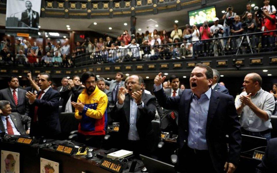 """Deputados de oposição ao governo de Nicolás Maduro na Venezuela protestaram, na Defensoria Pública em Caracas, para exigir um pronunciamento do titular do órgão, Tareq William Saab, diante do que consideram """"golpe de Estado"""" por parte do Tribunal Superior de Justiça (TSJ); opositores exigem que Saab aprove um processo iniciado esta semana na Câmara, com o qual pretendem remover os sete juízes da Sala Constitucional do TSJ que assinaram, na semana passada, duas sentenças, já anuladas, que retiravam as atribuições do Legislativo e limitavam a imunidade parlamentar."""