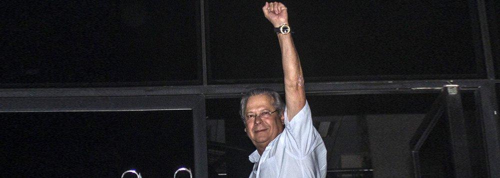 SÃO PAULO, SP, 15.11.2013: JOSÉ DIRCEU/MENSALÃO/SP -  O ex-ministro da Casa Civil, José Dirceu se entregou, por volta das 20h30, na superintendência da Polícia Federal, em São Paulo. (Foto: Marco Ambrosio/Frame/Folhapress)