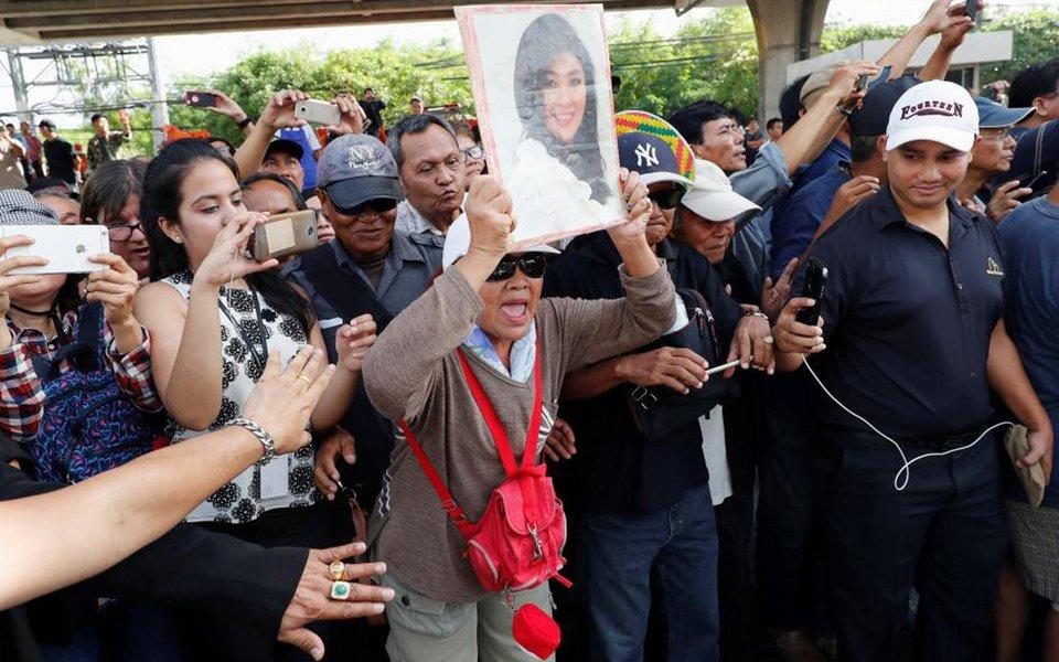 Primeira-ministra deposta da Tailândia Yingluck Shinawatra fugiu do país antes da leitura de um veredicto contra ela em um julgamento de negligência, instaurado pela mesma junta que a tirou do poder; Yingluck, de 50 anos, cuja família tem dominado a política da Tailândia por mais de 15 anos, não compareceu ao julgamento de um caso centrado nas perdas bilionárias desencadeadas por um esquema de subsídio de arroz para agricultores; deposta em 2014, Yingluck enfrentaria até 10 anos de prisão se considerada culpada
