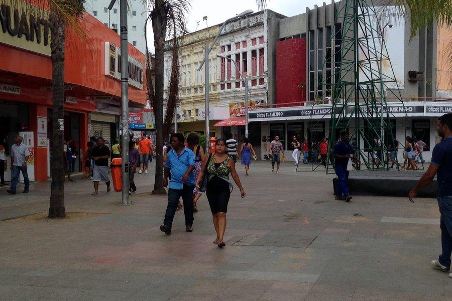 Estimativa da Federação do Comércio do Estado de São Paulo (Fecomércio-SP) mostra que Maceió terminou o ano de 2016 com 60% dos consumidores com alguma dívida, alcançando o sétimo lugar no nível de endividamento entre as capitais do Nordeste; São Luís/MA (72%), Recife/PE (68%) e João Pessoa foram as capitais mais endividadas; somente Teresina/PI (53%) e Salvador/BA (51%) ficaram abaixo da média das capitais