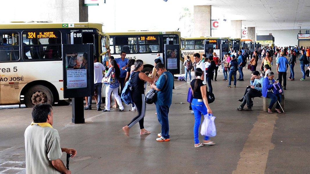 A paralisação prevista para esta quinta-feira (21) está suspensa até que os empresários de ônibus façam uma nova proposta; a proposta feita pela Associação das Empresas de Transporte Público Coletivo e Urbano de Passageiros (Transit) inclui aumento salarial de 5%, ticket alimentação e cesta básica