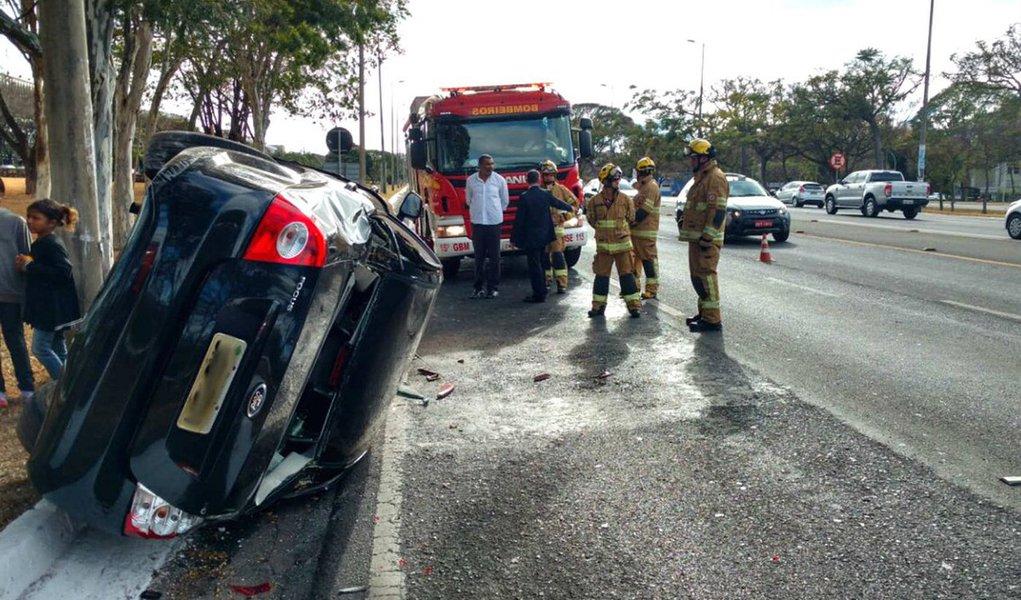 Carro que transportava um dos cinco filhos de Michel Temer se envolveu em um acidente e capotou em uma rua da Asa Sul, em Brasília; acidente, que aconteceu na manhã desta quinta-feira (24) envolveu dois automóveis, um Corsa e um Ford Focus, no Eixão Sul; veículo, dirigido por um sargento do Exército, bateu e tombou quando levava Eduardo (18) para a universidade; nenhum dos envolvidos no acidente sofreu ferimentos, segundo o Corpo de Bombeiros