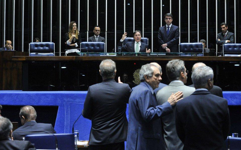 Ficou para a próxima terça-feira (3) a votação do Plenário do Senado sobre a decisão da Primeira Turma do STF que, por 3 votos a 2, afastou Aécio Neves (PSDB-MG) do exercício de seu mandato e determinou o recolhimento noturno do senador em casa; nesta quinta-feira (28) foi aprovado requerimento de urgência para análise da questão, mas a pedido do líder do PSDB, Paulo Bauer, a análise do ofício encaminhado pelo STF foi adiada; tucano alegou que o total de 55 senadores presentes na sessão seria um número insuficiente para analisar o caso