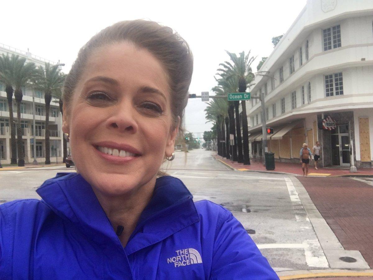 Jornalista Sandra Coutinho, correspondente da Globonews nos Estados Unidos, postou em suas redes sociais, um foto em que aparece sorrindo para anunciar a chegada do furacão Irma, o maior já registrado na história, e que já causou pelo menos 28 pessoas, sendo 25 no Caribe e três na Flórida; jornalista foi ridicularizada por seguidores