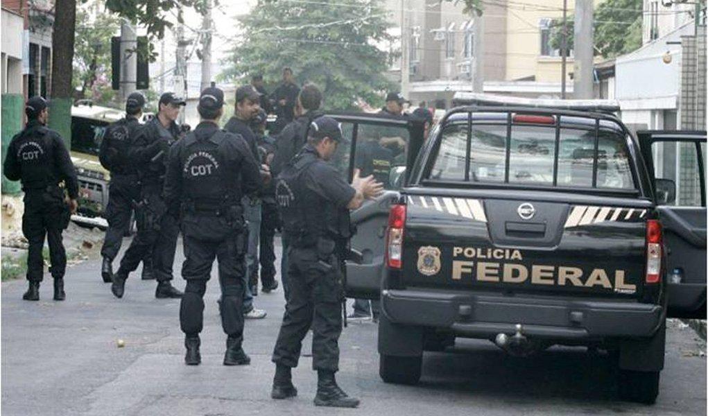 A Polícia Federal deflagrou a Operação Turing, com o objetivo de desarticular uma organização criminosa composta por servidores públicos e particulares que causavam embaraço a investigações da PF no estado; quatro pessoas foram presas, entre elas, blogueiros; aproximadamente 80 policiais federais estão cumprindo 23 mandados judiciais, sendo 4 de prisão temporária, 4 de condução coercitiva e 15 de busca e apreensão, em residências e locais de trabalho dos investigados; as ordens judiciais foram expedidas pela 2ª Vara da Justiça Federal de São Luís