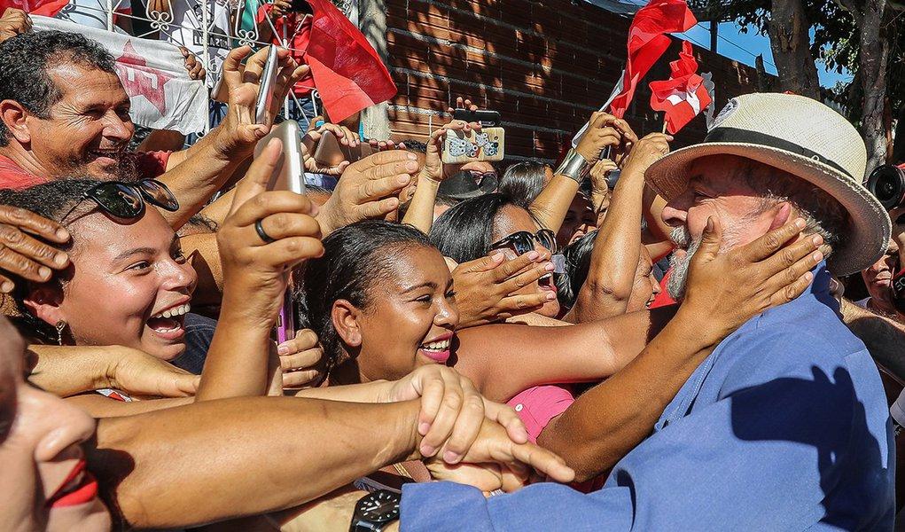 Desesperados com a resiliência de Lula, com sua fenomenal liderança popular, com sua coragem e nobreza política, é só isso que eles querem, que Lula morra. Por isso, Lula deve viver. Viver para resgatar o País das mãos dessa quadrilha que está doando o patrimônio do povo para estrangeiros. Viver para ganhar as eleições de 2018 e anular todas essas reformas que estão destruindo a economia e retirando direitos dos trabalhadores e trabalhadoras do Brasil