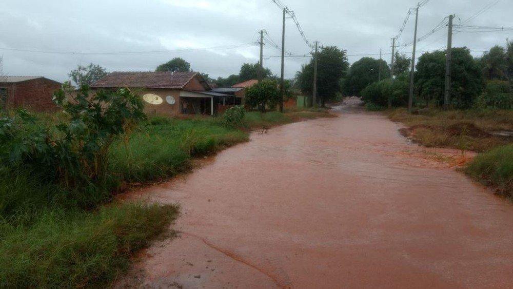 A chuva causou prejuízos para 4.790 pessoas em 26 cidades do Paraná desde o começo da semana; é o que aponta o último balanço da Defesa Civil Estadual; com 2,5 mil atingidos, Marquinho, na região central do Paraná, foi o município mais afetado no estado