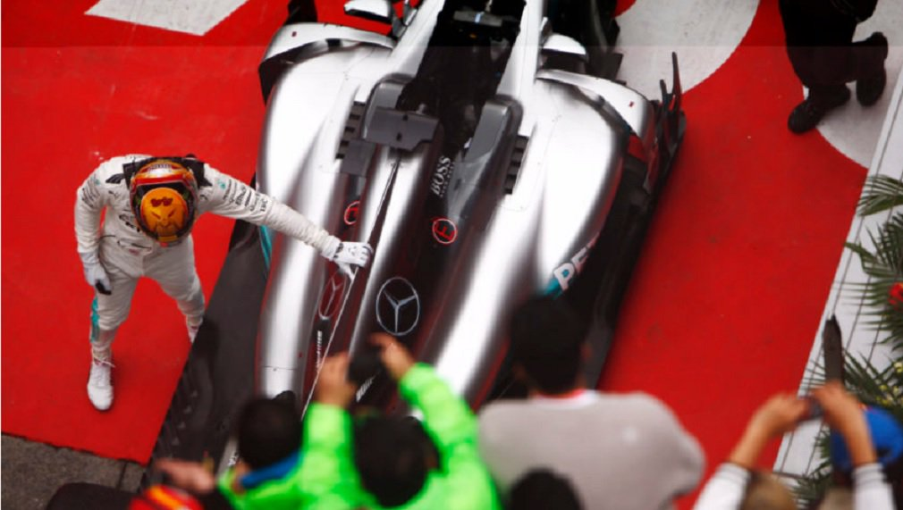 Lewis Hamilton controlou as condições instáveis do circuito e se manteve distante da disputa dos rivais para vencer o Grande Prêmio de Fórmula 1 da China; britânico cruzou com a sua Mercedes a linha de chegada 6,2 segundos antes da Ferrari de Sebastian Vettel, com Max Verstappen, da Red Bull, que começou na 16ª posição, terminando com um surpreendente terceiro lugar; foi a 54ª vitória da carreira de Hamilton, com um número recorde de cinco em Xangai
