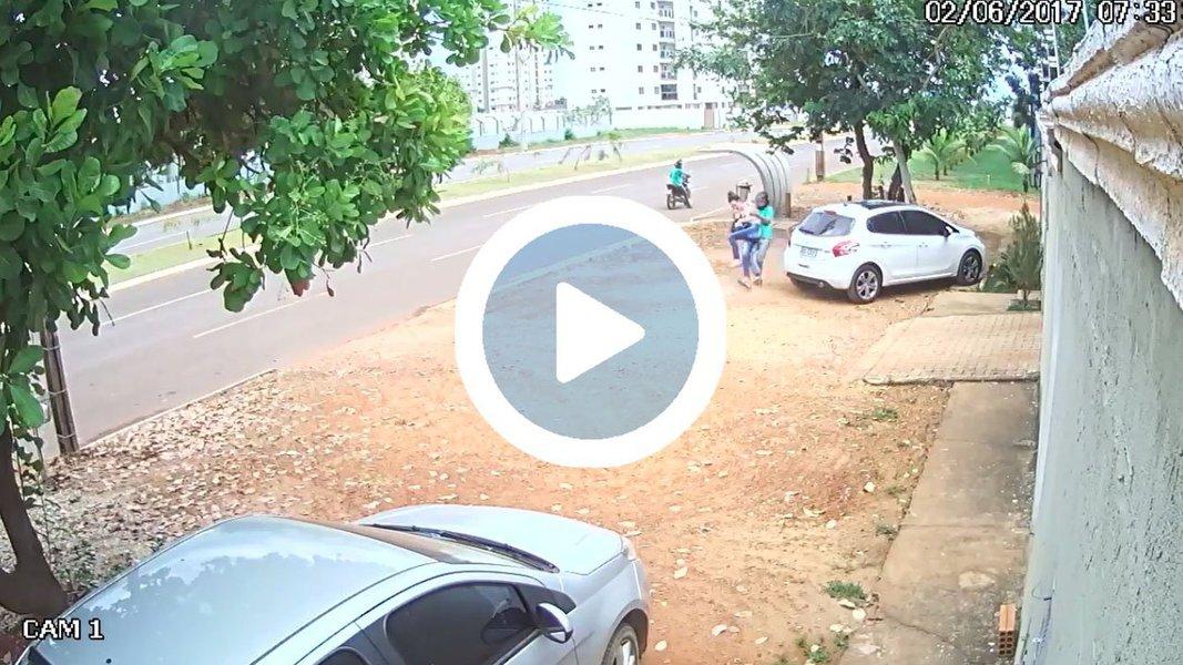 Câmeras de segurança flagraram um assalto nas proximidades da Avenida Palmas Brasil e da quadra 606 Sul,na região Sul de Palmas; uma mulher aguardava um ônibus em uma parada, ondedois homens passaram em uma motocicleta e pararam em frente ao ponto; ao perceber os bandidos, a mulher correu, mas foi agarrada pelo passageiro da moto e derrubada no chão; o assaltante fugiu com o celular da vítima;Oos criminosos seriam responsáveis por outros assaltos ocorridos recentemente na Capital