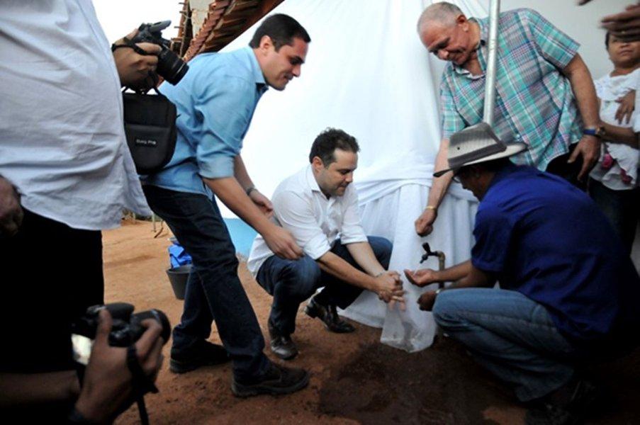 O governo de Alagoas vai assinar, nesta sexta-feira (25), a ordem de serviço para a construção de pequenas barragens para o Sertão e entregar um sistema de dessalinização; obra tem previsão de sete meses para ser concluída e prevê o barramento de aproximadamente cinco metros de altura e armazenamento aproximado de oito mil metros cúbicos de água, com benefício extensivo a mais de 155 famílias de agricultores