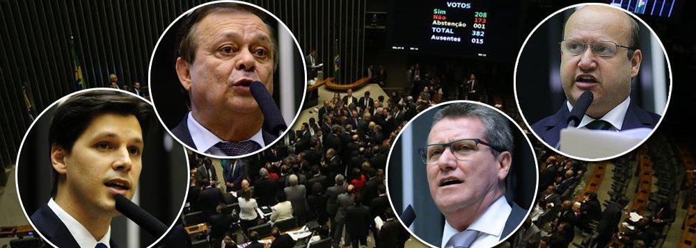Na bancada de Goiás, 12 dos 17 deputados federais votaram a favor do arquivamento da denúncia contra Michel Temer; foram eles: Célio Silveira (PSDB), Giuseppe Vecci (PSDB), Daniel Vilela (PMDB), Pedro Chaves (PMDB), Alexandre Baldy (Pode), Heuler Cruvinel (PSD), Jovair Arantes (PTB), Lucas Vergílio (SD), João Campos (PRB), Magda Mofatto (PR), Roberto Balestra (PP) e Thiago Peixoto (PSD)