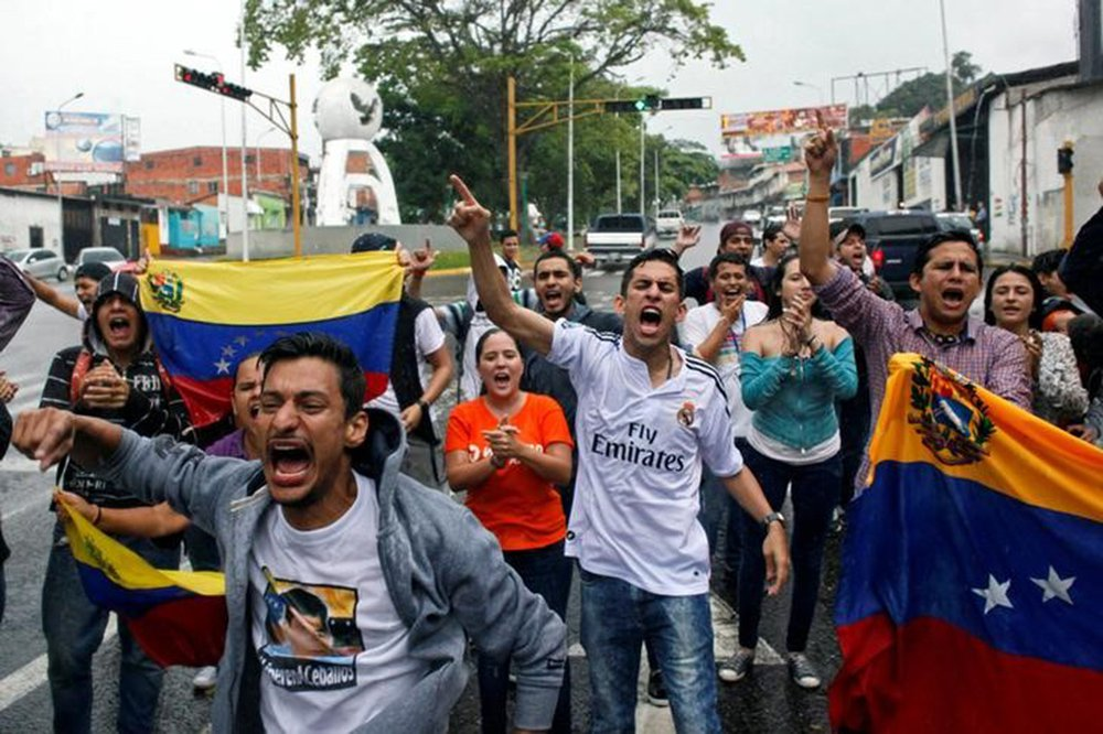 Os partidários da oposição gritam slogans durante um protesto contra o governo do presidente venezuelano, Nicolas Maduro, em San Cristobal 31/03/ 2017. REUTERS/Carlos Eduardo Ramirez