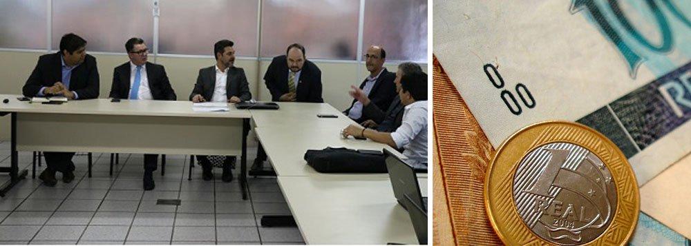 """O secretário da Fazenda, João Furtado, recebeu, na Sefaz, em Goiânia, representantes de secretários da Fazenda dos estados membros do Consórcio Brasil Central (CBC). Essa foi a primeira reunião para aprofundar o projeto de unificação de alíquotas do ICMS entre as unidades consorciadas; """"Temos o embrião da reforma tributária para ensinar ao Brasil que nossos estados podem fazer mais e melhor"""", destacou Furtado"""
