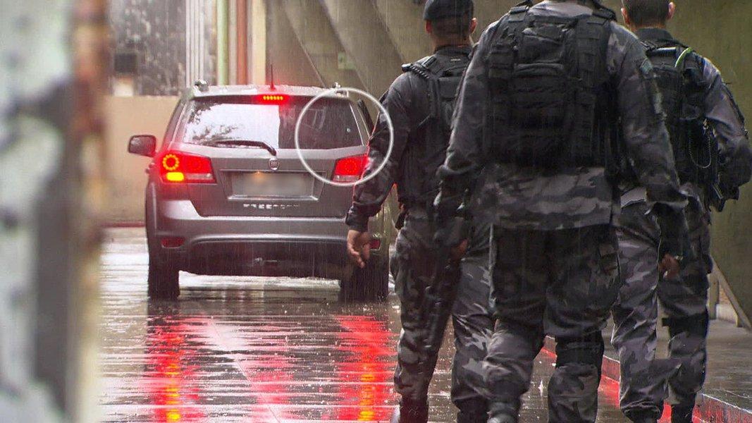 """A Polícia Militar do Rio de Janeiro (PMRJ) informou, em nota sobre a morte da turista espanhola Maria Esperanza Ruiz Jimenez, de 67 anos, na Favela da Rocinha, que a corregedoria da corporação determinou a prisão em flagrante dos dois policiais diretamente envolvidos no fato – um oficial (tenente) e um soldado; os dois policiais foram encaminhados para Unidade Prisional da PM, em Niterói; """"Após análise do fato, caberá ao Ministério Público Militar do Estado Rio de Janeiro decidir os rumos da investigação"""", diz a nota"""