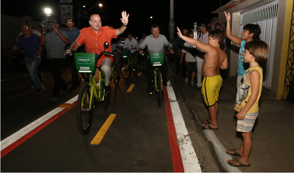 """""""Este binário é o primeiro com algumas inovações. Além da inversão do fluxo e ciclofaixa, o projeto conta com bicicletário e expansão de calçadas. Queremos aumentar a segurança viária de motoristas, pedestres e ciclistas e dar velocidade ao fluxo da via"""", explicou o prefeito Roberto Cláudio (PDT), durante solenidade de entrega na Vila Manuel Sátiro, na noite desta quinta-feira (24)"""