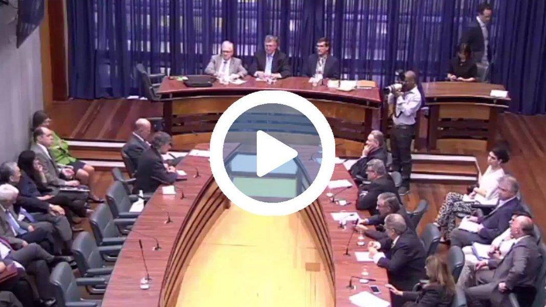 Durante sessão da Comissão de Ciência e Tecnologia da Assembleia Legislativa de São Paulo, o deputado estadual Carlos Giannazi (PSOL) fez um ato simbólico; depois de fazer diversas críticas contra o reitor da Universidade de São Paulo, Marco Antonio Zago, presente na sessão, o parlamentar devolveu a ele as bombas jogadas contra estudantes e trabalhadores durante um protesto na instituição em março deste ano contra sua gestão