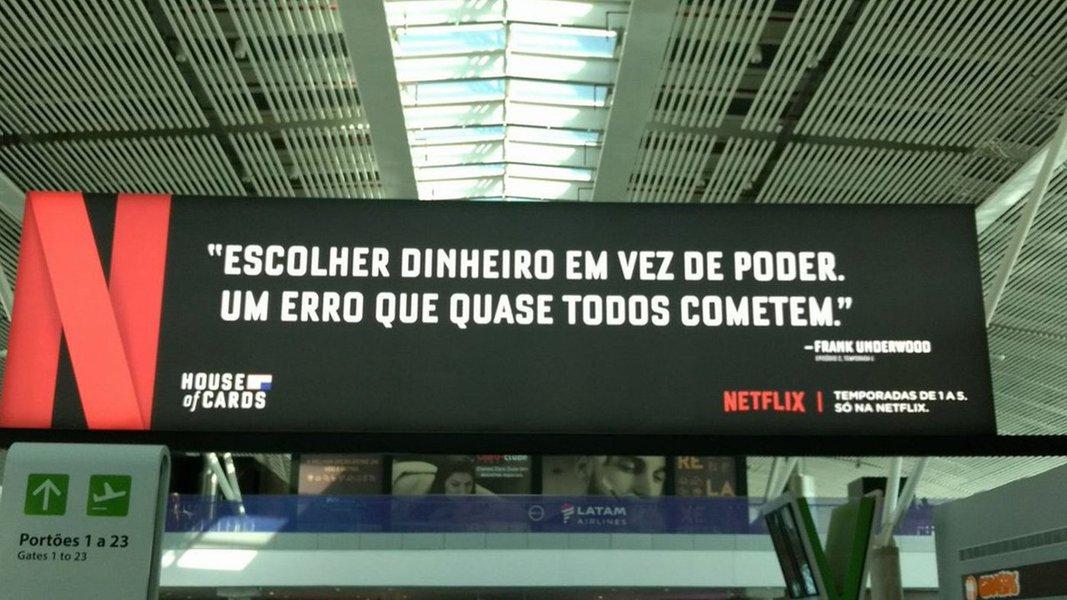 Netflix faz graça com a situação política do Brasil; para promover a quinta temporada da série House of Cards, produtora norte-americana deixa recado aos políticos brasileiros no aeroporto de Brasília