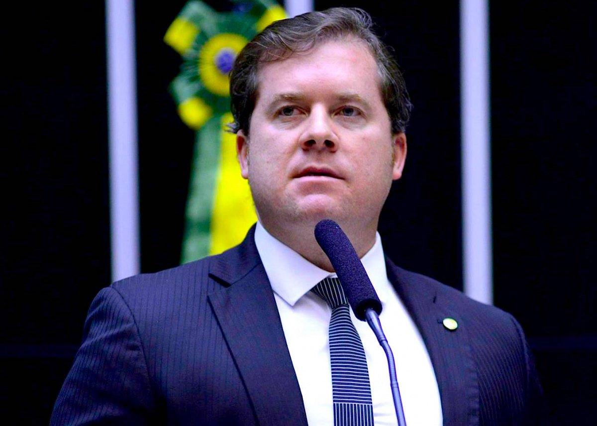 A primeira turma do Supremo Tribunal Federal (STF) absolveu o ministro do Turismo, Marx Beltrão (PMDB), da acusação de falsidade ideológica, crime que teria cometido à época em que foi prefeito da cidade de Coruripe, no litoral Sul de Alagoas; decisão foi por unanimidade e com parecer favorável do Ministério Público Federal (MPF)