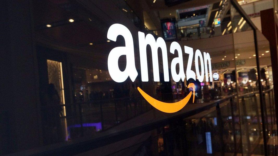 """A Amazon é a empresa mais ambiciosa do mundo. Ela está se espalhando para os mais diversos setores que possam impulsionar o seu negócio de """"a loja de tudo"""", como logística, robótica, varejo físico... e milhões de executivos de milhares de empresas estão preocupadíssimos com a possibilidade de que a empresa de Jeff Bezos entre em seus mercados; o que o banco Morgan Stanley acredita ser como """"fosso anti-Amazon"""" é, por exemplo, você ter produtos únicos: o primeiro fosso é ter um produto único, como itens de luxo com marca (qual a chance da Amazon criar uma bolsa que rivalizará com a Chanel?); outra cosia é são as questões regulatórias: qualquer indústria que tenha uma questão regulatória forte por trás é um desafio para a Amazon. Isso dificulta a entrada da companhia; confira"""