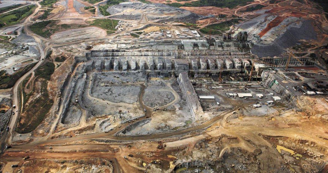 """O Tribunal Regional Federal da 1ª Região (TRF1) autorizou o uso de força policial para garantir que a ordem de paralisar as obras da Hidrelétrica de Belo Monte, em Altamira (PA), seja cumprida, em obediência à decisão proferida no último dia 13; na decisão, que equivale a uma sentença judicial de primeira instância, o TRF1 afirma que a suspensão da licença de instalação de Belo Monte vale """"até que sejam implementadas as medidas ordenadas, cabendo ao Ibama fiscalizar e avaliar o seu fiel cumprimento. Inclusive, com a utilização de força policial, se necessário for"""", diz a sentença"""