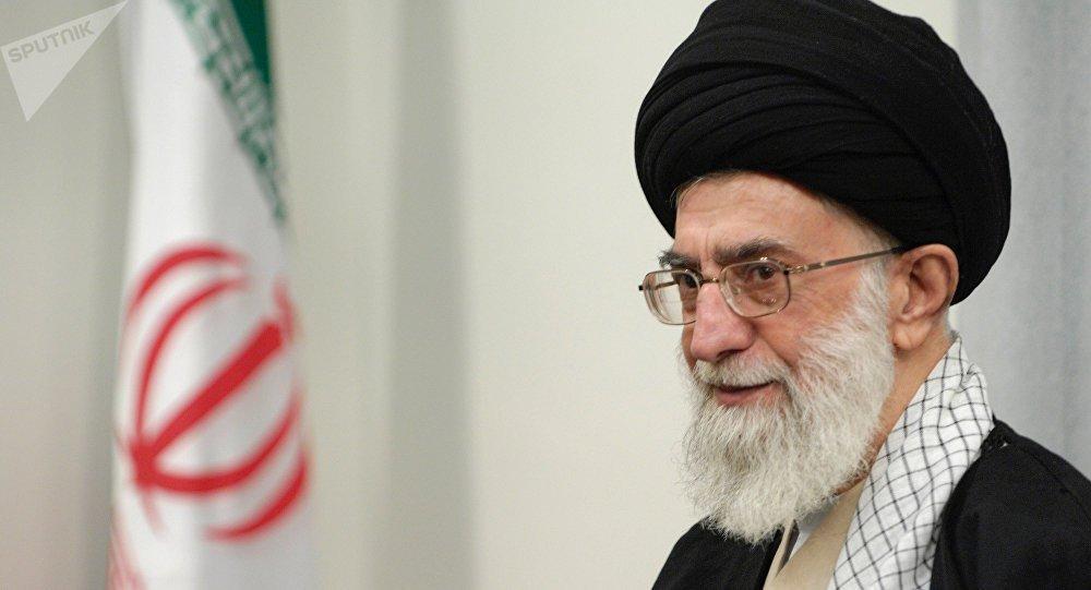 """O líder supremo do Irã, Ali Khamenei, afirmou neste domingo que o país persa não será ameaçado, tampouco recuará diante das mais recentes sanções impostas pelos Estados Unidos, que ensaiam o que Teerã considera um """"equívoco"""" acerca do acordo nuclear entre os dois países; em uma transmissão da TV iraniana, Khamenei afirmou que o país seria firme e """"qualquer movimento equivocado pelo regime dominador em relação ao [acordo nuclear] enfrentará a reação da República Islâmica"""""""