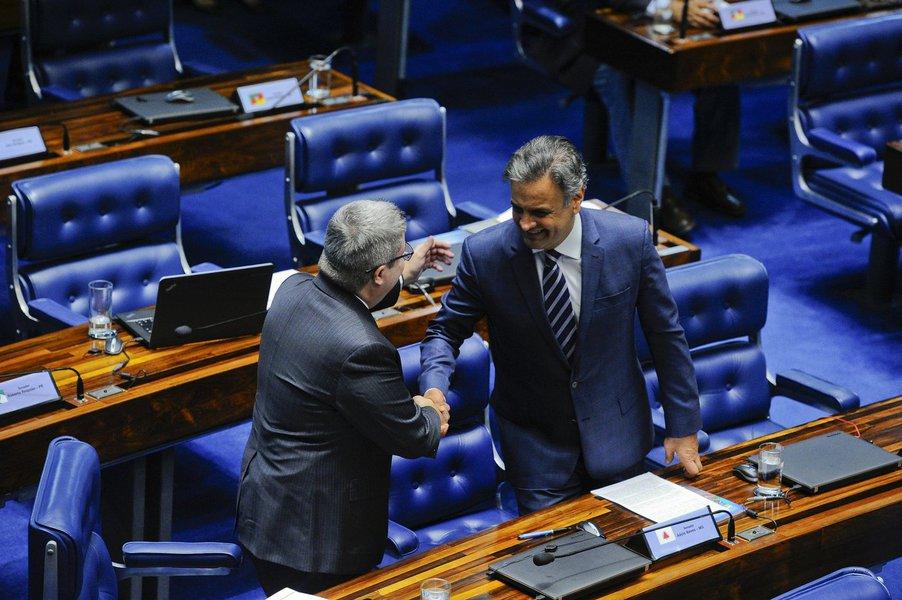 Na noite desta terça-feira, em sessão no Senado, 44 senadores votaram para manter o mandado de Aécio Neves (PSDB-MG) e anular a sanção do STF que determinava o recolhimento noturno do mineiro; Aécio Neves estava afastado temporariamente do mandato desde 26 de setembro; Procuradoria-Geral da República (PGR) denunciou o tucano por corrupção passiva e obstrução de Justiça, com base em delações premiadas do grupo empresarial J&F; clique e veja a lista para guardar bem os nomes e não esquecer na eleição de 2018