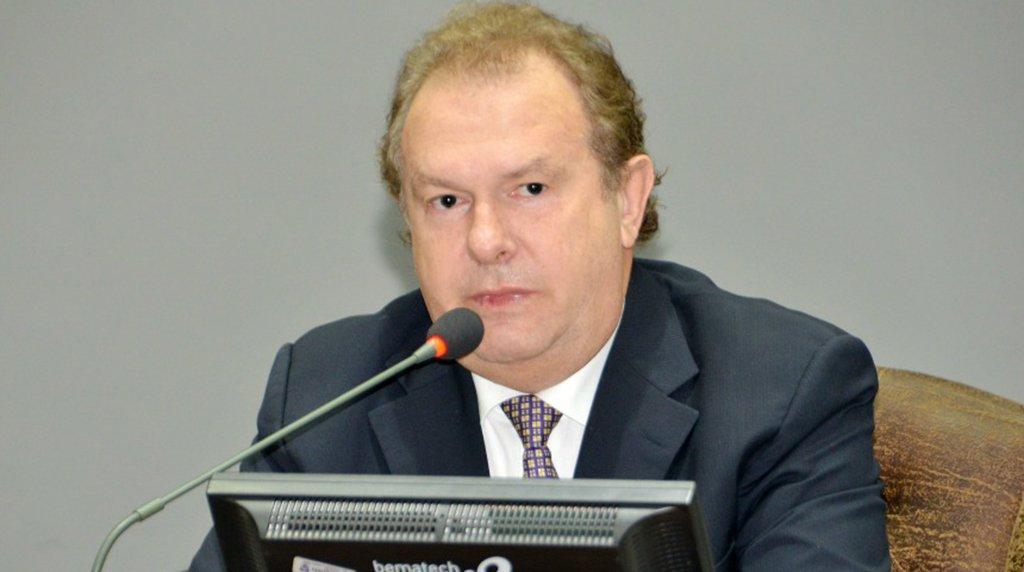 """O presidente da Assembleia Legislativa, deputado Mauro Carlesse (PHS), cancelou o edital de licitação para aquisição de """"móveis de alto padrão"""" e artigos de decoração para o gabinete da presidência, recepção e sala VIP do Legislativo estadual. De acordo com a Diretoria de Comunicação da AL, o parlamentar afirmou que não assinou o edital do pregão;Carlesse disse que o momento é """"impróprio"""" e """"irrazoável"""" para aquisição dos móveis e artigos de decoração"""